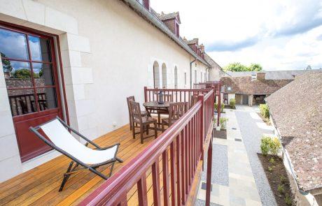 Grande terrasse avec transats de la suite Diane en location de vacances à Cheverny