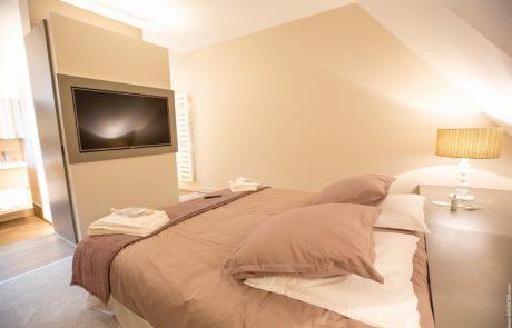 Chambre parentale avec lit double, télévision HD et salle de bains de l'appartement Elisabeth