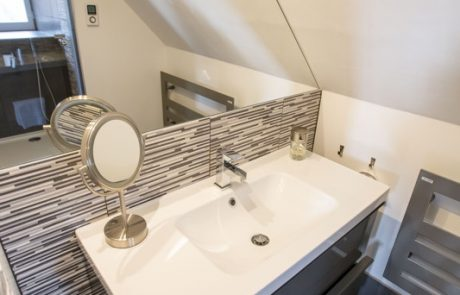 Salle de bains toute équipée dans la Suite Philippe