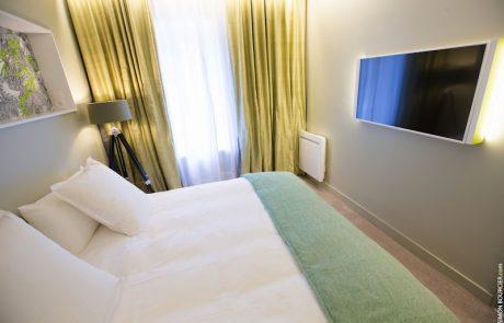 Chambre avec lit double et télévision haute définition de la suite Angélique à Cheverny