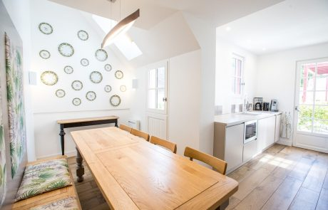 Salle à manger et cuisine toute équipée de la suite Angélique à Cheverny