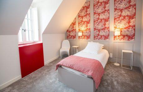 Chambre avec lit simple et décoration soignée de l'appartement Diane à louer à Cheverny