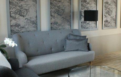 Salon confortable avec canapés et table basse dans la Suite Elisabeth à louer à Cheverny