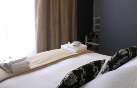 Chambre avec lit double et vidéoprojecteur dans l'appartement Henri
