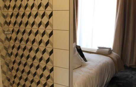 Salle de bain avec douche et chambre de la Suite Henri