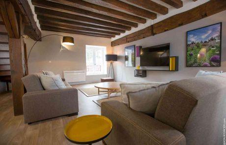 Salon confortable du grand appartement Philippe à louer à Cheverny