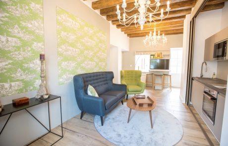 Salon confortable et cuisine toute équipée de la Suite Henri.