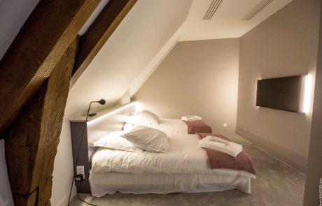 Chambre avec deux lits simples et une télévision HD dans la Suite Elisabeth