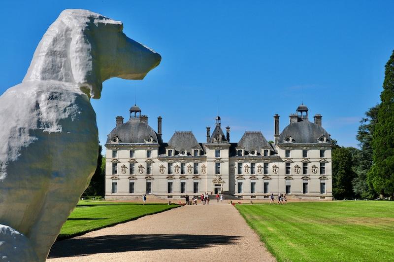 Vue du château de Cheverny avec une sculpture monumentale de chien par Michel Audiard