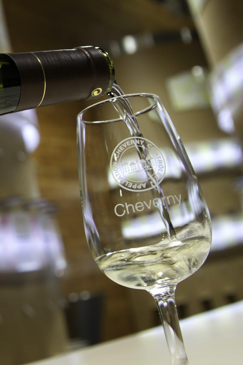 Verre rempli de vin blanc A.O.C. Cheverny