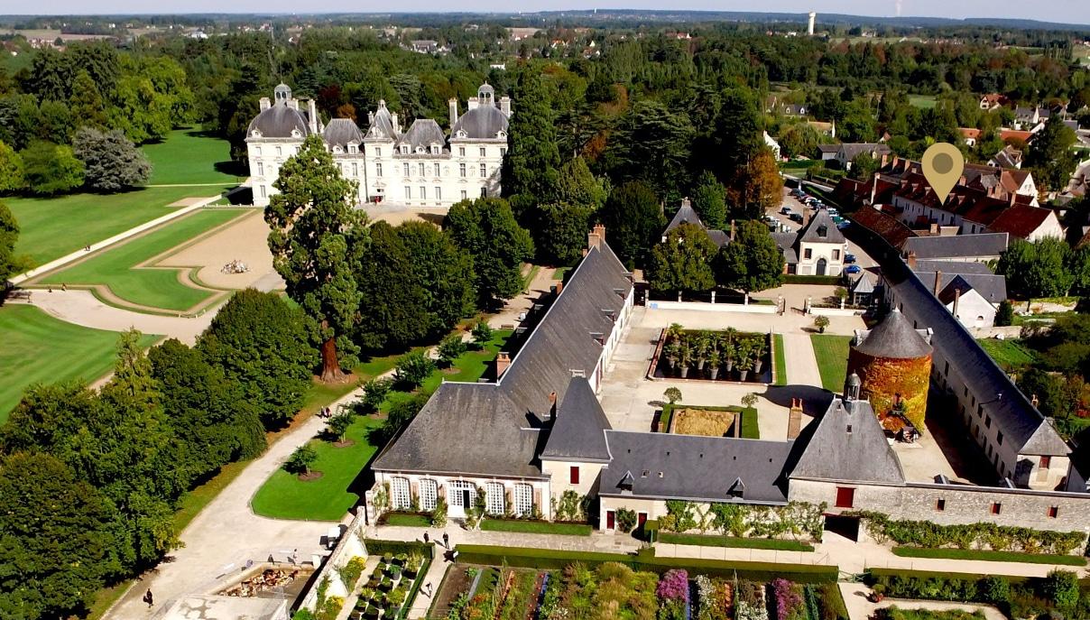Vue aérienne du domaine de Cheverny montrant la grande proximité entre les appartements meublés et l'entrée principale.